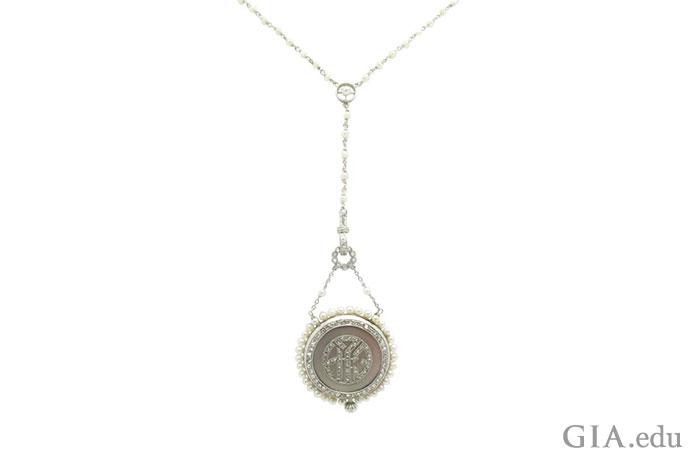 時間を感じさせないエドワード朝のダイヤモンドと真珠のペンダント時計のネックレスは両面がモノグラムになっている。