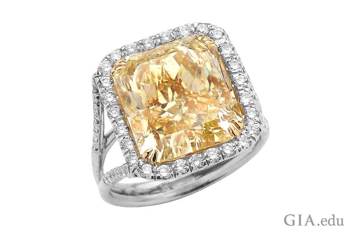 0.55カラットのラウンドダイヤモンドに囲まれた9.57カラットのファンシーイエロー・ラディアントカットのダイヤモンドの婚約指輪。