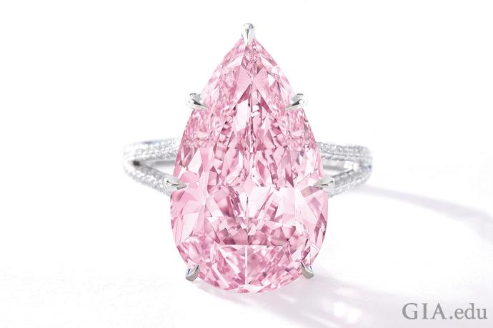 8.41ctのファンシービビッドのパープルピンクのペアシェイプダイヤモンドリング。