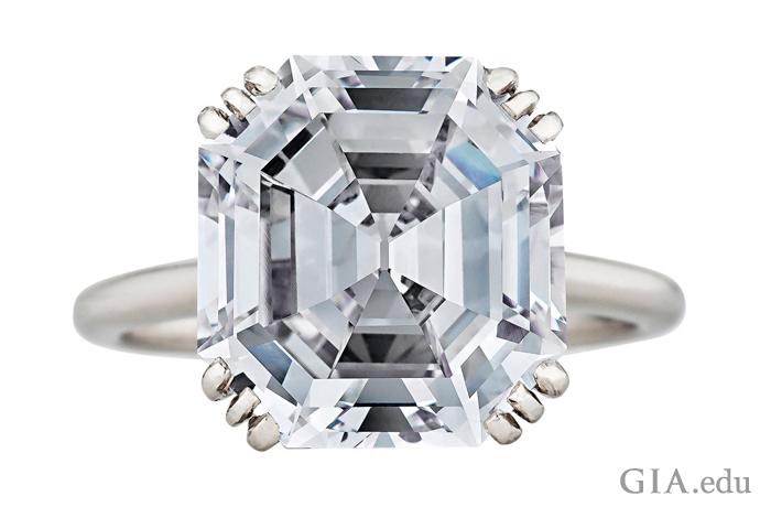 12プロングのプラチナセッティングにマウントされた8.06カラットのアールデコ調のダイヤモンドの婚約指輪。