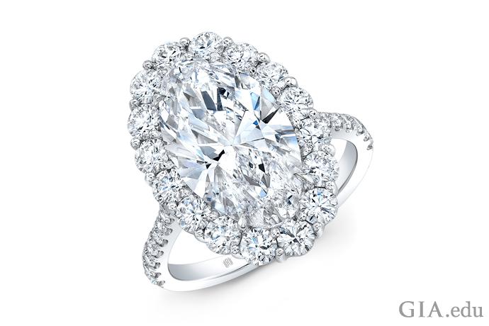18Kホワイトゴールドにセッティングされた5.31カラットのオーバルダイヤモンドの婚約指輪。