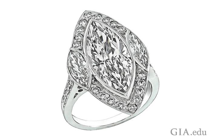 小さめの2つのマーキスのサイドストーンがあしらわれた0.91カラットのマーキスカットダイヤモンドの婚約指輪。