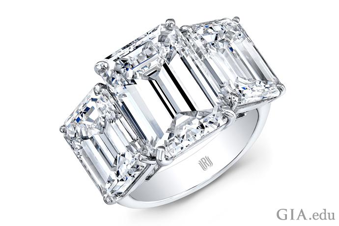 プラチナに合計15カラットになる3つのエメラルドカットダイヤモンドがセットされたモダンなダイヤモンドの婚約指輪。