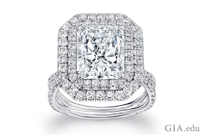 二重のダイヤモンドのヘイローで囲まれた4.00カラットのラディアントカットのダイヤモンドの婚約指輪。