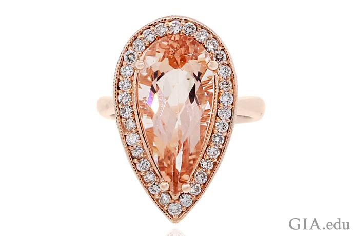 14Kローズゴールドにセットされた5.76カラットのペアシェイプのモルガナイトの婚約指輪。