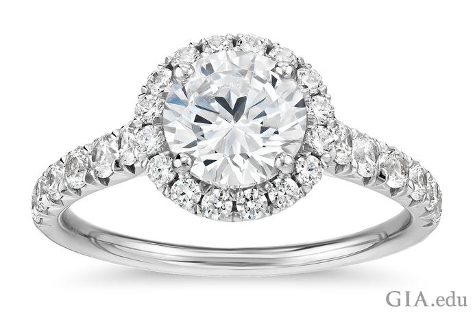 ヘイローとシャンクにセットされた0.50カラットのメレーがアクセントになった1.00カラットのラウンドカットダイヤモンドの婚約指輪。