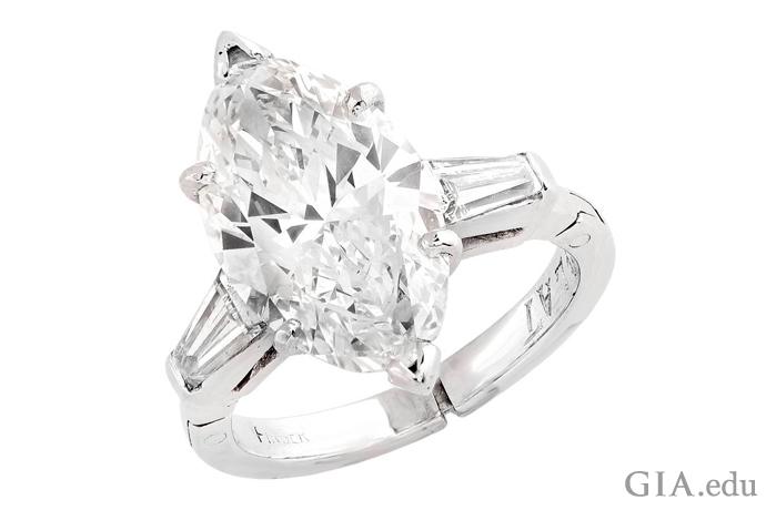 プラチナにセットされた3.50カラットのマーキス型のダイヤモンドの婚約指輪。