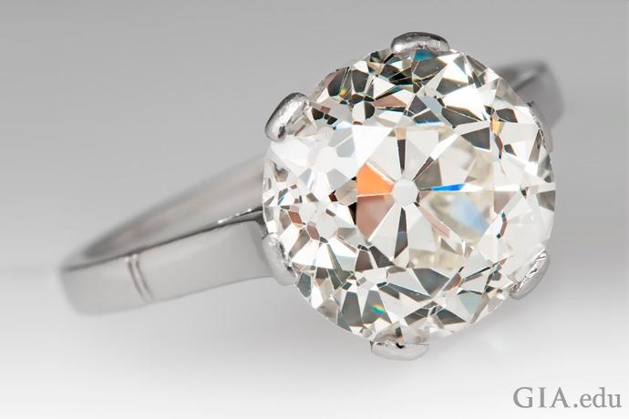 5.40カラットのオールドヨーロピアンカットダイヤモンドの婚約指輪。