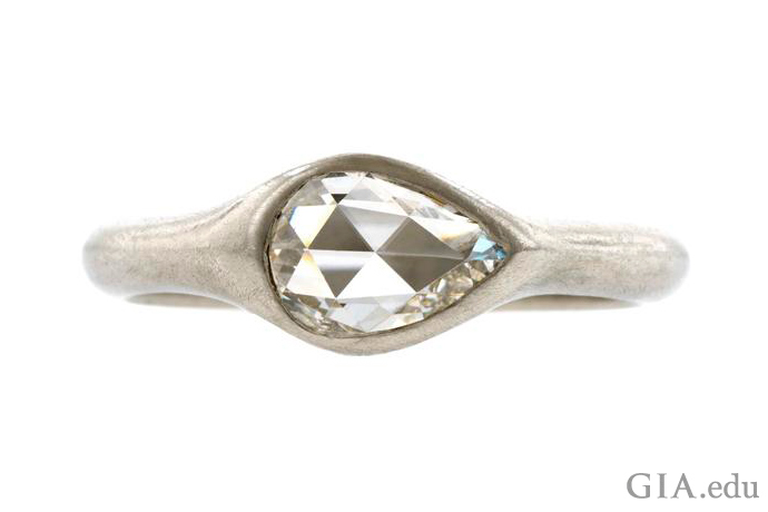 A bezel setting ensures that this 0.40 ct pear shaped diamond is well protected.