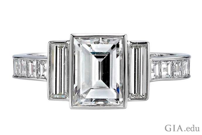 镶嵌着一颗 1.42 克拉阶梯式切工钻石的铂金订婚戒指。