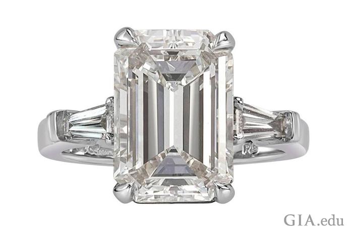 5.89カラットのエメラルドカットのダイヤモンドの婚約指輪。