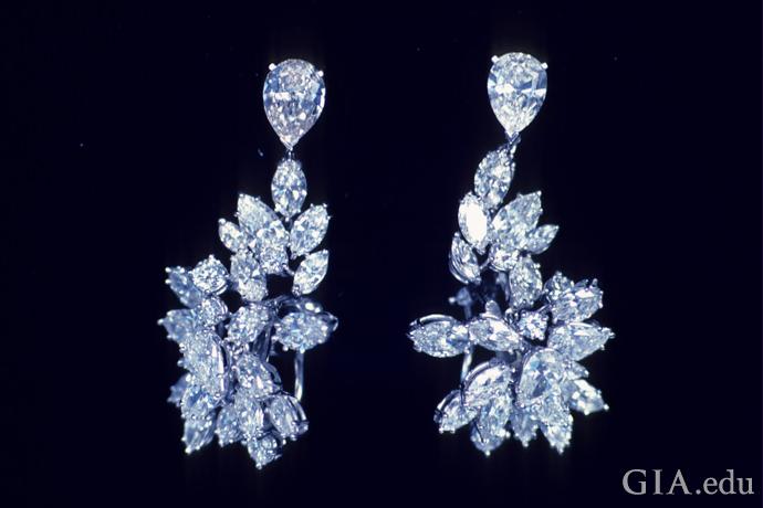 在白炽灯下,这对钻石耳环呈同样的颜色。
