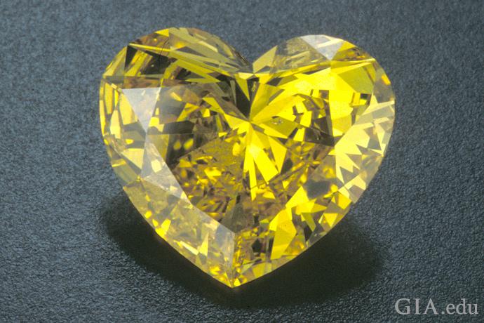浓郁的黄色心形天然钻石
