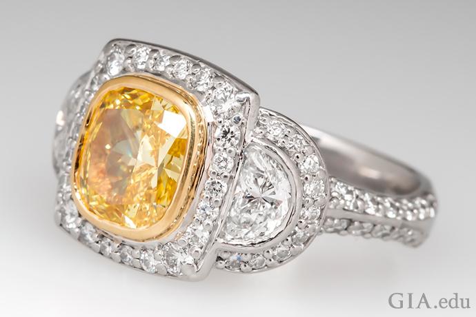 一颗 2.03 克拉的艳彩黄色垫型切工钻石用铂金镶嵌。