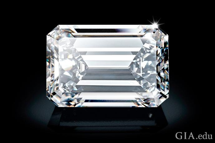 一颗 163.41 克拉 D 级无瑕祖母绿式切磨钻石。