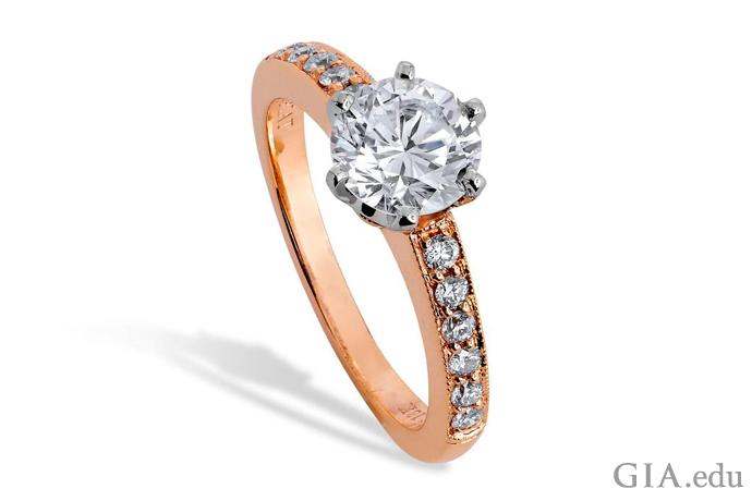 一枚六爪铂金订婚戒指中镶嵌着一颗颜色等级为 F、净度等级为 SI1 的 1.40 克拉圆形明亮式切工钻石,18K 玫瑰金戒圈上镶嵌着 0.20 克拉的米粒钻。