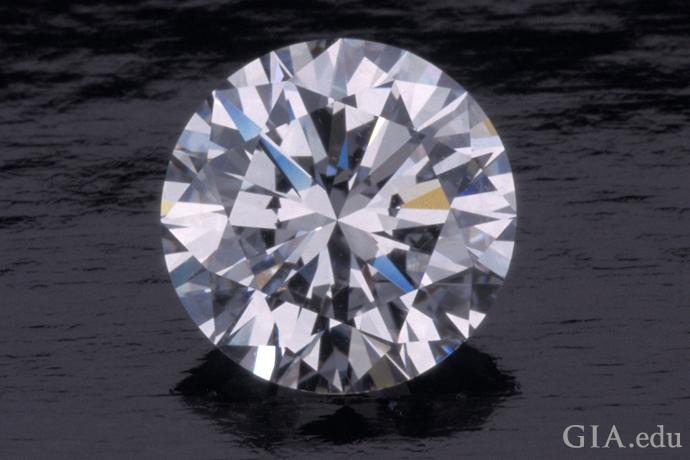 一颗内部无瑕级、颜色等级为 D 的 2.78 克拉圆形明亮式切工钻石。