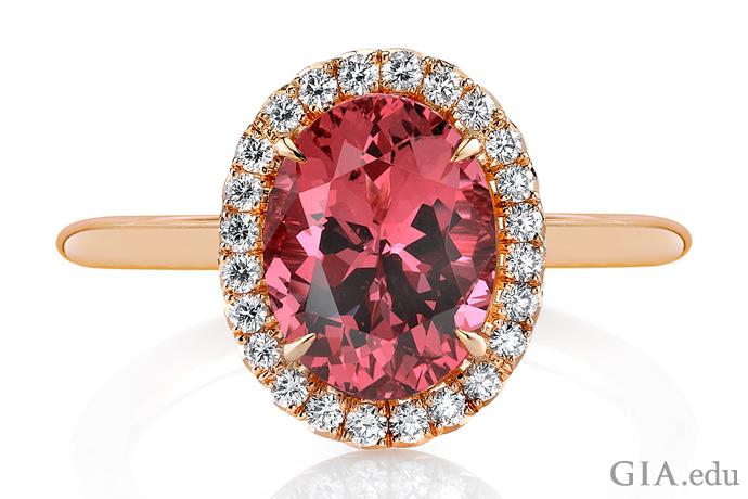0.20カラットのラウンドダイヤモンドに囲まれた、2.57ctのスピネルが特徴の婚約指輪。