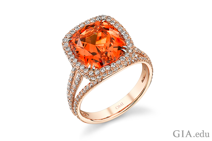 一枚 7.25 克拉的锰铝榴石戒指,宝石镶嵌在玫瑰金中。