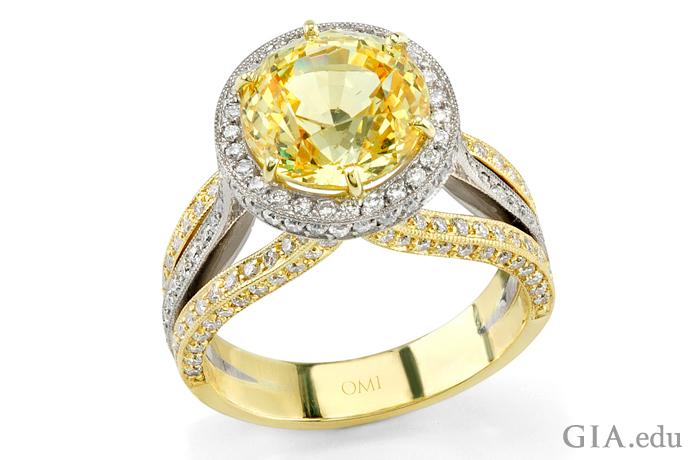 0.75カラットの128個のラウンドダイヤモンドに囲まれた、5.11ctのイエローサファイアの婚約指輪。
