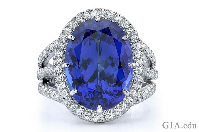 この指輪は、9.30カラットのタンザナイトのセンターストーンが1.18カラットのダイヤモンドで囲まれている。