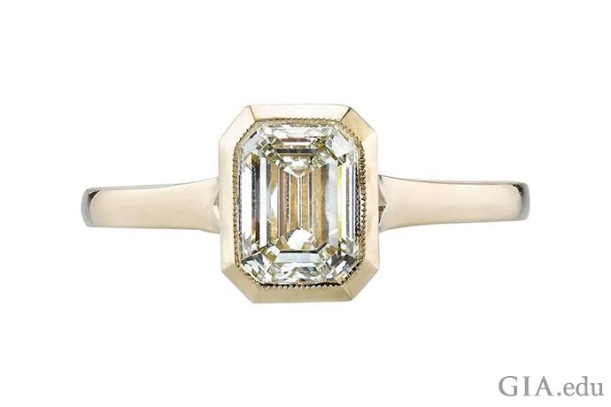 一枚颜色等级为 N 的钻石订婚戒指,镶嵌在黄金之中。
