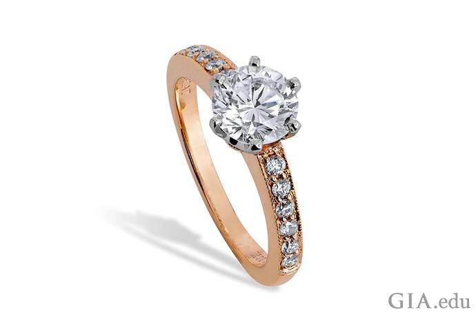 一枚 1.40 克拉钻石订婚戒指,0.20 克拉的米粒钻镶嵌在玫瑰金中。
