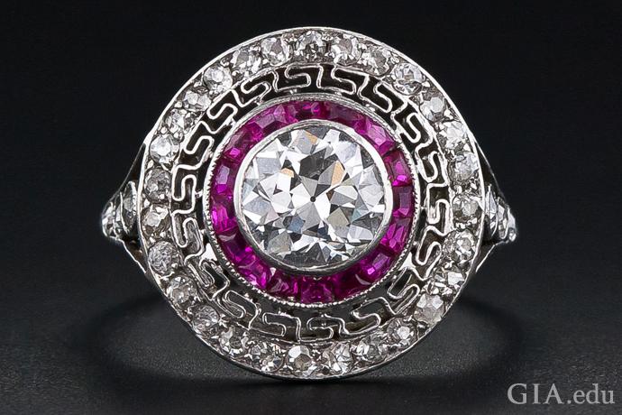 ビルマルビーがオールドヨーロピアンカットのダイヤモンドを輪にして取り囲んでいるアールデコ時代のリング。