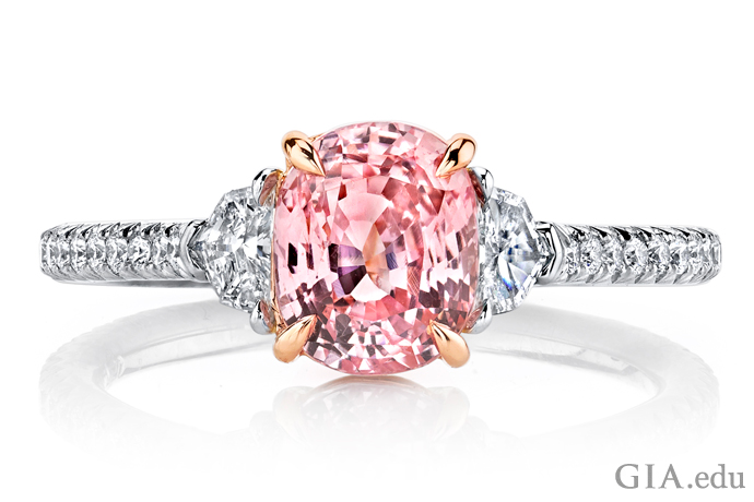 2.02ctのパパラチャ・サファイアとダイヤモンドのリング。