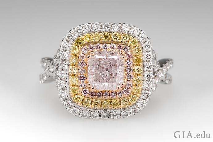 这枚订婚戒指的主石是一颗彩粉红色钻石,主石周围是两圈光晕镶嵌的粉红色和黄色钻石,排列在玫瑰金和黄金镶座中。