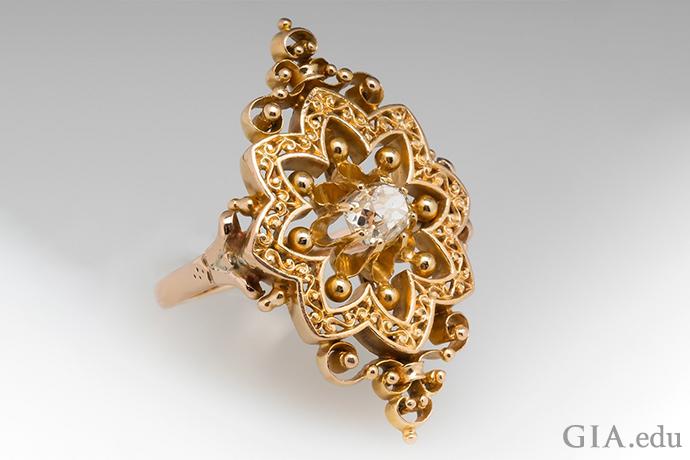 这枚华丽的 14K 黄金订婚戒指是在维多利亚时期制作的,展示了那个时期流行的花朵图案。