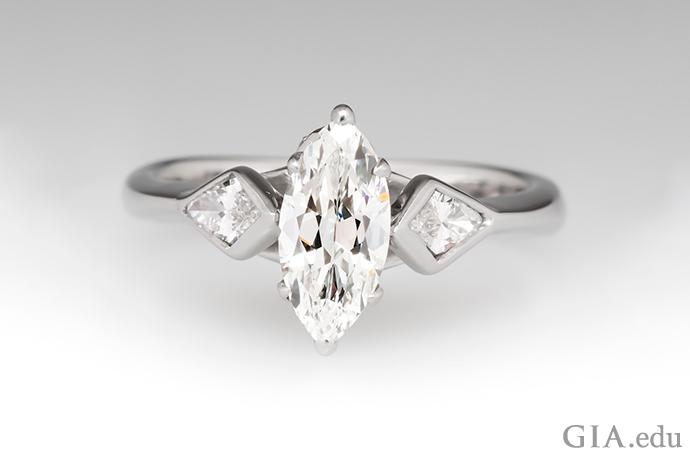 颜色等级为 G 的马眼形钻石订婚戒指,镶嵌在白金之中。
