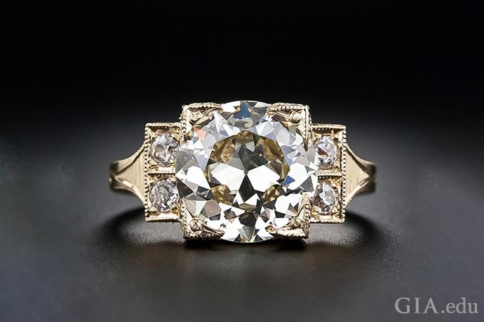 一枚 3.70 克拉老欧式切工钻石订婚戒指,现代感十足的镶座采用了 18K 黄金。