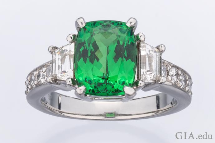 プラチナにセットされた、ダイヤモンドがアクセントの2.86ctのツァボライトのリング。