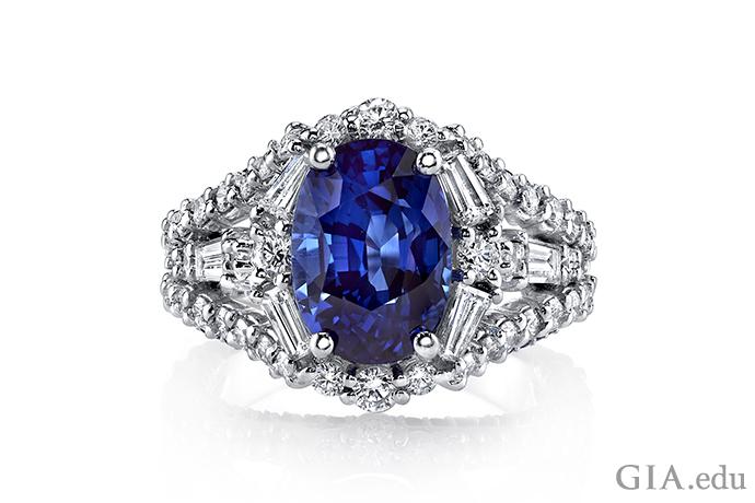 蓝色椭圆形蓝宝石戒指,钻石镶嵌在 18K 白金中。