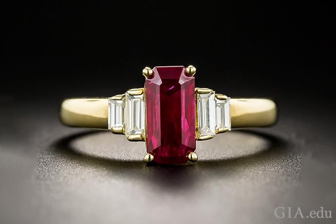 1.39 克拉细长祖母绿切工红宝石作为主石,阶梯形排列的成对亮白色小长方钻作为副石,镶嵌于 18K 黄金之中。
