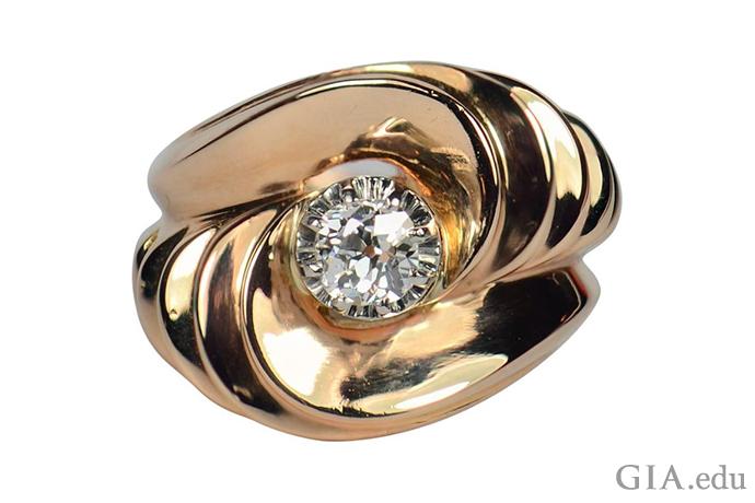 黄金?符合。雕塑美学?符合。圆润边缘?符合。这枚戒指集复古时代的所有特点于一身,尤其引人注目。照片由 1stdibs.com 友情提供