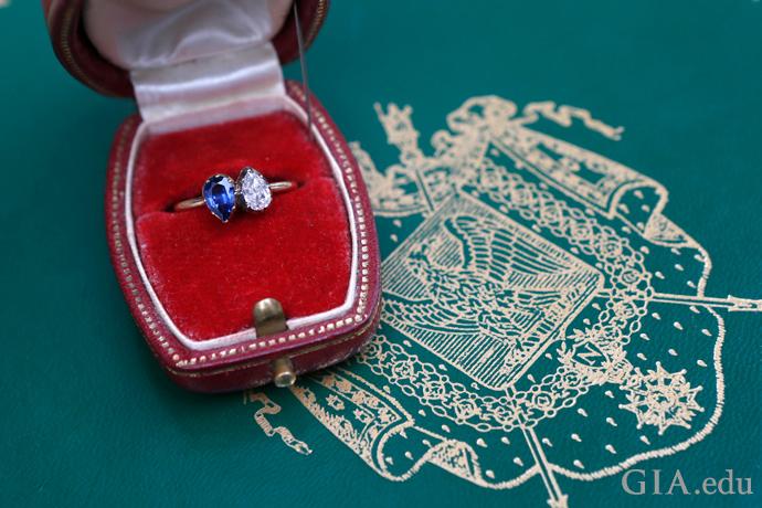 1カラットのペアシェイプのサファイアとダイヤモンドを18金にセットしたジョセフィーヌ皇后のトワエモア エンゲージメントリング。