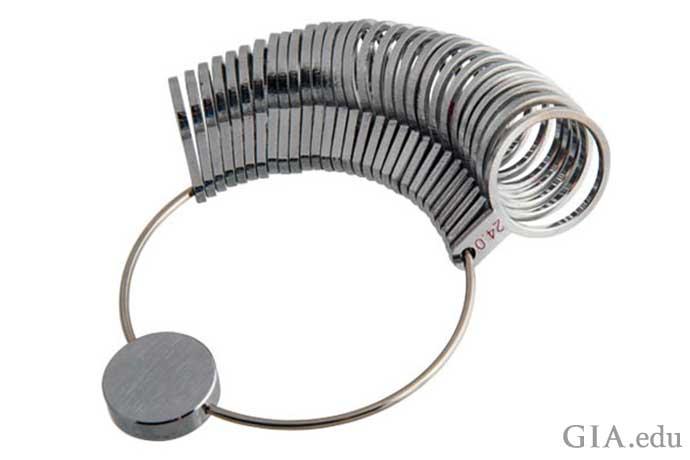 指用のゲージセットあるいはリングサイザーを使用して、最適にフィットするリングを決定します。