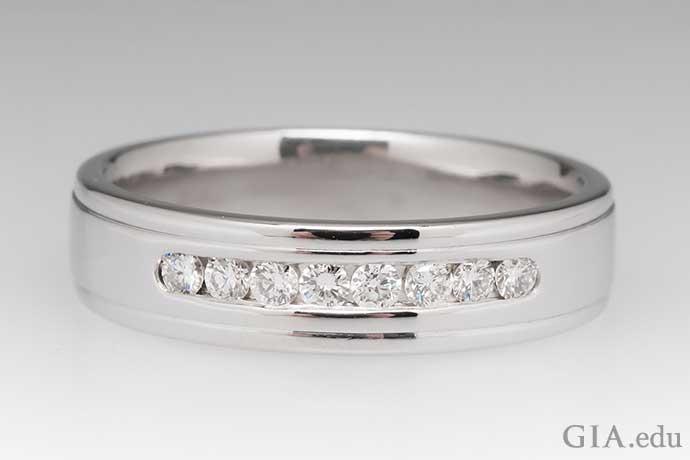 チャネルセットのダイヤモンドがあしらわれた14Kゴールドの男性向け結婚指輪。