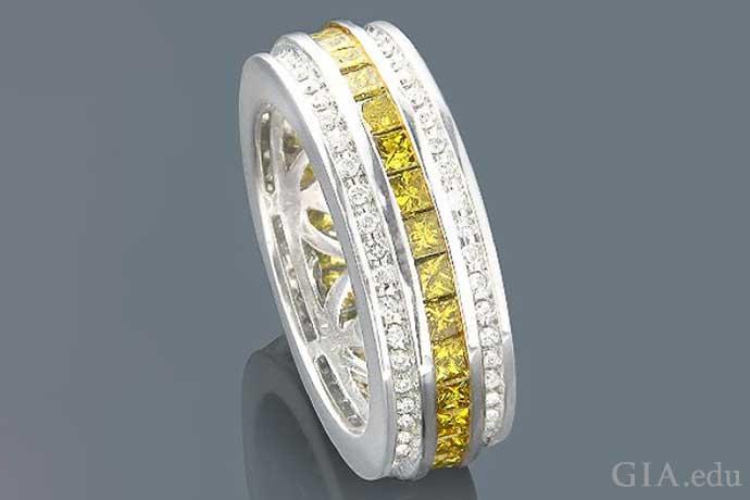 2.64カラットのイエロー・プリンセスカットとカラーレスのラウンドブリリアントカットのダイヤモンドが14Kホワイトゴールドにセットされた男性の結婚指輪。