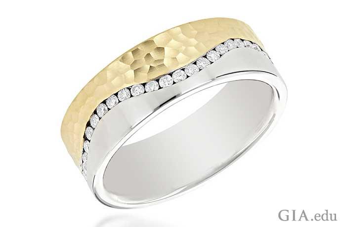 0.60カラットのチャネルセットの男性向け結婚指輪。ハンマー仕上げのイエローとサテン仕上げのホワイトの14Kゴールドの波形のバンド。