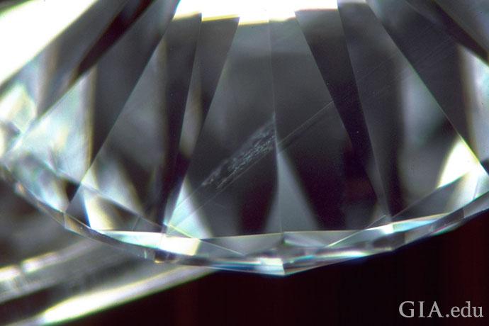带有内部孪晶纹的 VVS1 钻石。