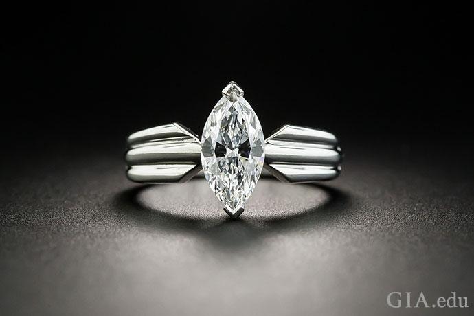一枚镶嵌着 VVS2 马眼形切工钻石的订婚戒指。