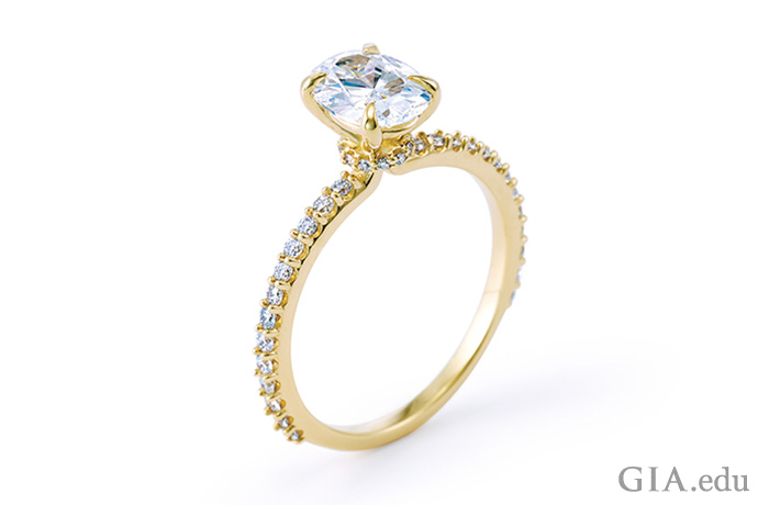 这枚现代戒指的主石可以轻松更换成不同形状或尺寸的钻石,甚至有色宝石。