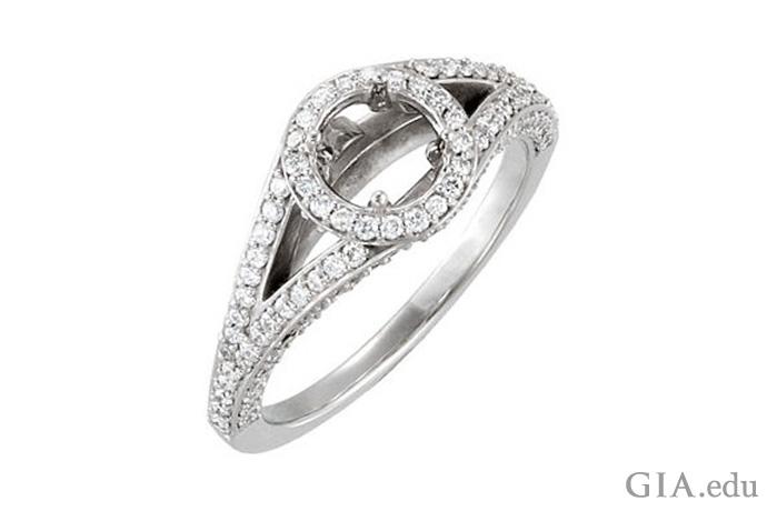 一枚半镶戒指的分裂戒圈上装饰了一圈光晕镶的钻石。