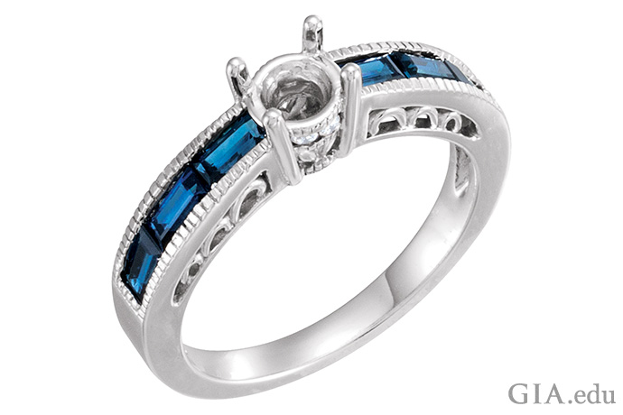 6つのサファイアのサイドストーンにより、このセミマウントの婚約指輪は華やいでいる。