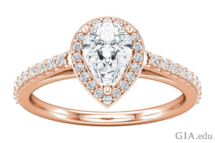 この14Kローズゴールドのセミマウントの婚約指輪は、ペアシェイプのセンターストーンに合うように作られており、0.33カラットのダイヤモンドメレーがヘイローとバンドにあらかじめセットされている。