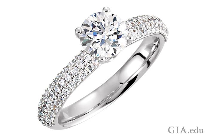 半镶戒指密镶钻石,并镶嵌着一颗圆形明亮式切工的主石。