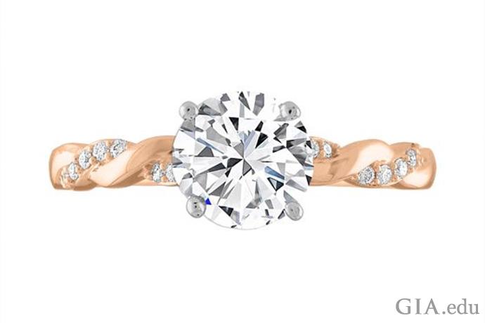 一枚 14K 玫瑰金半镶订婚戒指,主石为一颗圆形明亮式切工钻石,缠绕式戒圈上镶有米粒钻。